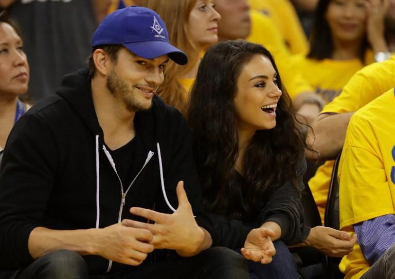 BAHAGIA. Aston Kutcher dan Mila Kunis akan segera dikaruniai anak kedua. Foto oleh Ezra Shaw/GETTY IMAGES NORTH AMERICA/AFP