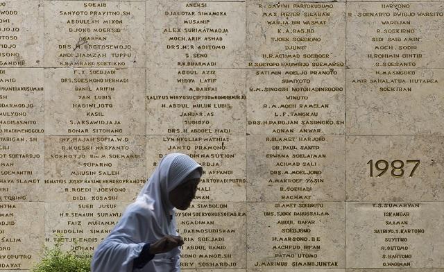 PAHLAWAN. Peziarah melintas di depan nama para pahlawan saat ziarah di Taman Makam Pahlawan Nasional Utama, Kalibata, Jakarta, Rabu, 4 November. Foto oleh M. Agung Rajasa/Antara