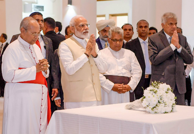 RESPECTS. Indian Prime Minister Narendra Modi (2L), Archbishop of Colombo Cardinal Malcolm Ranjith (L) and Sri Lankan Prime Minister Ranil Wickremesinghe (R) pay their respects to victims of the Easter Sunday suicide attacks, at the St. Anthony's Church in Colombo. Handout photo from the Sri Lankan Presidential Media Division/AFP