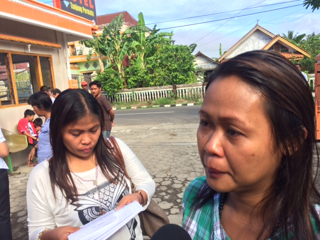 LAST CHANCE. Darling Veloso (R), arrives in Cilacap, Central Java, to see her sister, Mary Jane, before her scheduled execution. Photo by Jet Damazo-Santos/Rappler