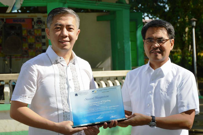UY CLAN. Dipolog City mayoral canddiate Darel Dexter Uy poses with running mate Horacio Velasco on the right