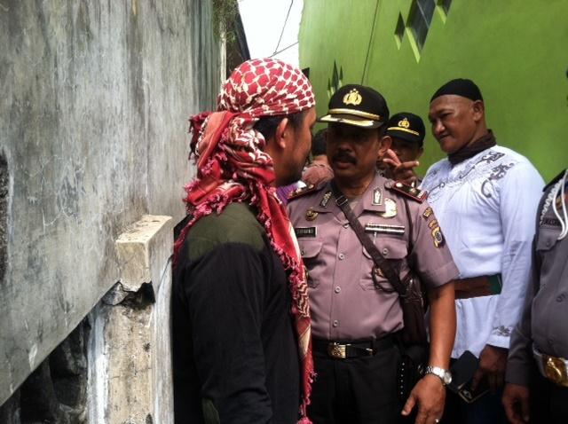Kapolsek Banguntapan Kompol Suharno berbincang dengan Komandan Front Jihad Islam (FJI) Abdurahman saat bersiap untuk menutup pesantren waria di Yogyakarta pada 19 Februari 2016.  Foto oleh Mawa Kresna/Rappler