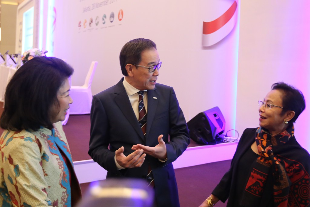 Presiden Direktur PT Astra International Tbk Prijono Sugiarto (tengah) memberi ucapan terima kasih kepada Mari Elka Pangestu dan mengucapkan selamat kepada Sri Indrastuti Hadiputranto, Selasa (28/11). FOTO oleh Astra International