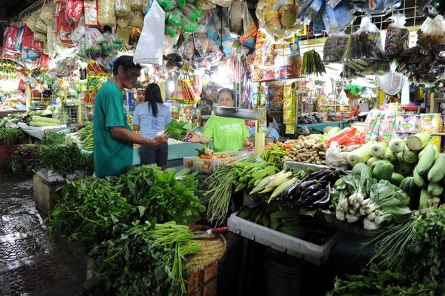 MORE EXPENSIVE. The average prices of food rose by 4.5% in January 2018, the first month where higher excise taxes came into effect. File photo by Jay Directo/AFP