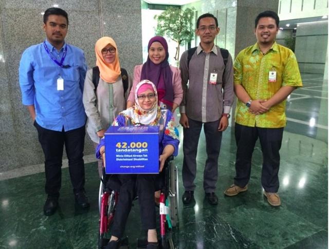 PERTEMUAN. Aktivis penyandang disabilitas, Dwi Aryani usai menghadiri pertemuan di Kementerian Perhubungan Udara pada Senin, 11 April sambil membawa kotak petisi berisi tanda tangan netizen. Foto oleh LBH Jakarta