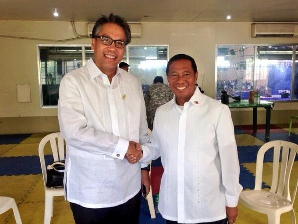 RIVALS. In this rare photo taken by Senator Loren Legarda during the visit of US President Barack Obama on April 29, 2014, Secretary Mar Roxas (L) is seen shaking hands with Vice President Jejomar Binay