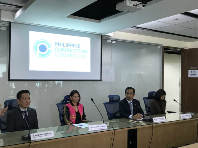 DECISION. Philippine Competition Commission Chairman Arsenio Balisacan on Friday, August 10, reads the decision of the antitrust body that binds Grab to price and service quality conditions. Photo by Aika Rey/Rappler