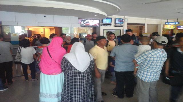 Calon penumpang Lion Air terpaksa menunggu lima jam di Bandara Internasional Ahmad Yani Semarang, Jawa Tengah. Foto: Fariz Fardianto