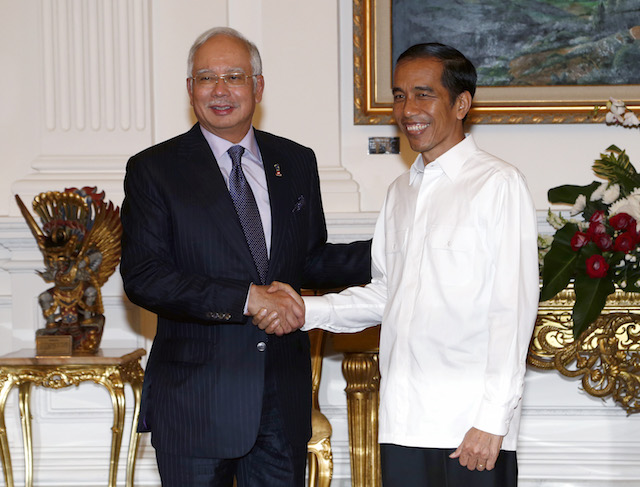 BILATERAL TIES. Malaysian Prime Minister  Najib Abdul Razak congratulates Indonesian President Joko Widodo after his inauguration in Jakarta on October 20, 2014. Photo by EPA