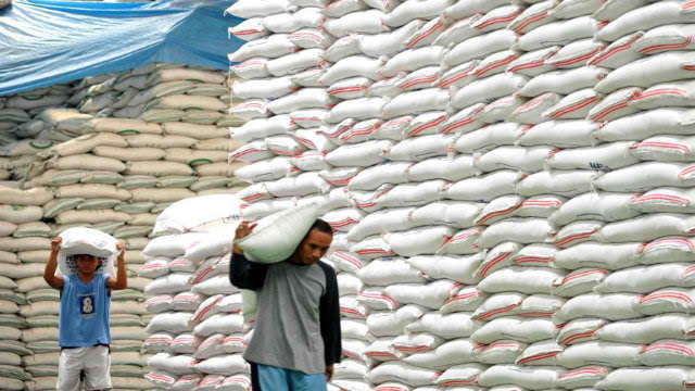 IMPORTING SUPPLY. NEDA says the expected delivery of 250,000 metric tons of rice from Thailand and Vietnam at the end of October will keep rice prices stable. File photo by AFP