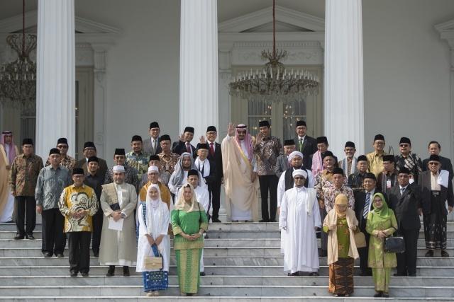 TOKOH ISLAM. Presiden Joko Widodo (kanan tengah) dan Raja Arab Saudi Salman bin Abdulaziz Al-Saud (kiri tengah) melambaikan tangan saat berfoto bersama usai bertemu dengan sejumlah pimpinan lembaga Islam dan tokoh-tokoh Islam Indonesia di Istana Merdeka, Jakarta, Kamis, 2 Maret. Foto oleh Rosa Panggabean/ANTARA