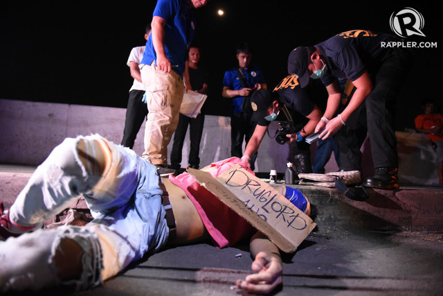 DRUG WAR. A dead body with a signboard saying 'Drug Lord Ako' (I am a Drug Lord) lays on the road in Tondo, Manila on July 28, 2016. Photo by Alecs Ongcal/Rappler
