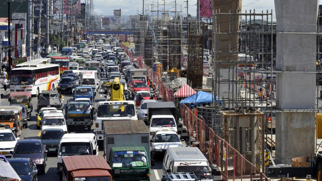 COMBINED EFFORT. Railway buildup alone may not be enough to alleviate Metro Manila's traffic congestion, according to the Boston Consulting Group. File photo by Romeo Gacad/AFP