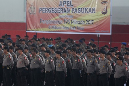 Sejumlah personel kepolisian Polres Aceh Timur mengikuti apel pergeseran pasukan dalam rangka pengamanan TPS Pilkada 2017 di Gedung Idi Sport Center (ISC), Aceh Timur, Aceh, Senin (13/2). Foto oleh Syifa Yulinnas/ANTARA