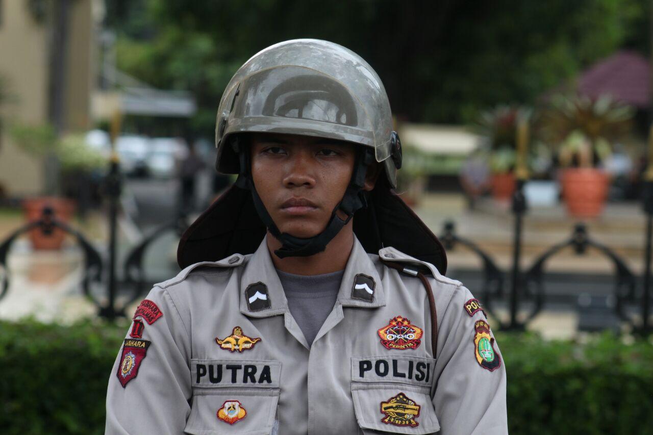 PUTRA. Seorang personel kepolisian saat mengawal aksi unjuk rasa FPI di depan Mabes Polri, Senin (16/1). Foto oleh Diego Batara/Rappler