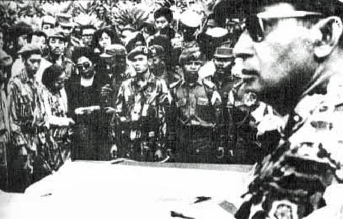 TRAGEDI 1965. Suharto saat pemakaman 6 jenderal pada 2 Oktober 1965. Foto oleh Wikimedia