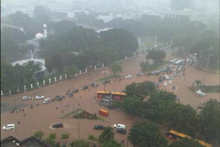 Banjir di Jl. Merdeka Utara dan Jl. Merdeka Barat, Jakarta, 9 Februari 2015. Foto oleh Nur Al Ihsan/Twitter