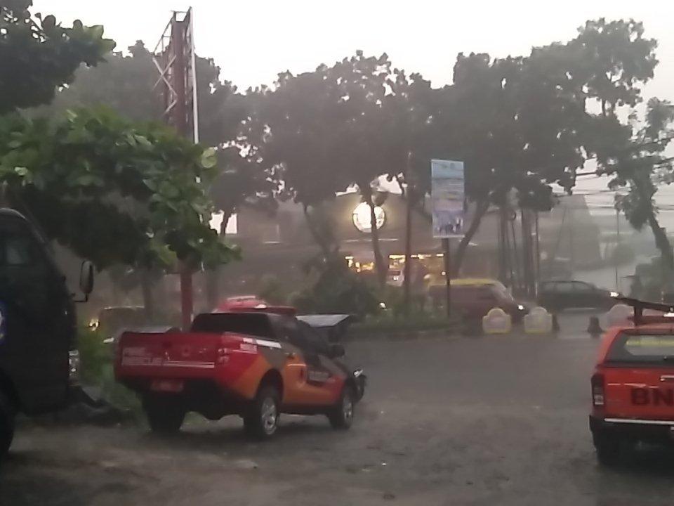 Hujan deras dan angin kencang di Kota Bogor. Foto diambil dari @bpbdkotabogor/Twitter.