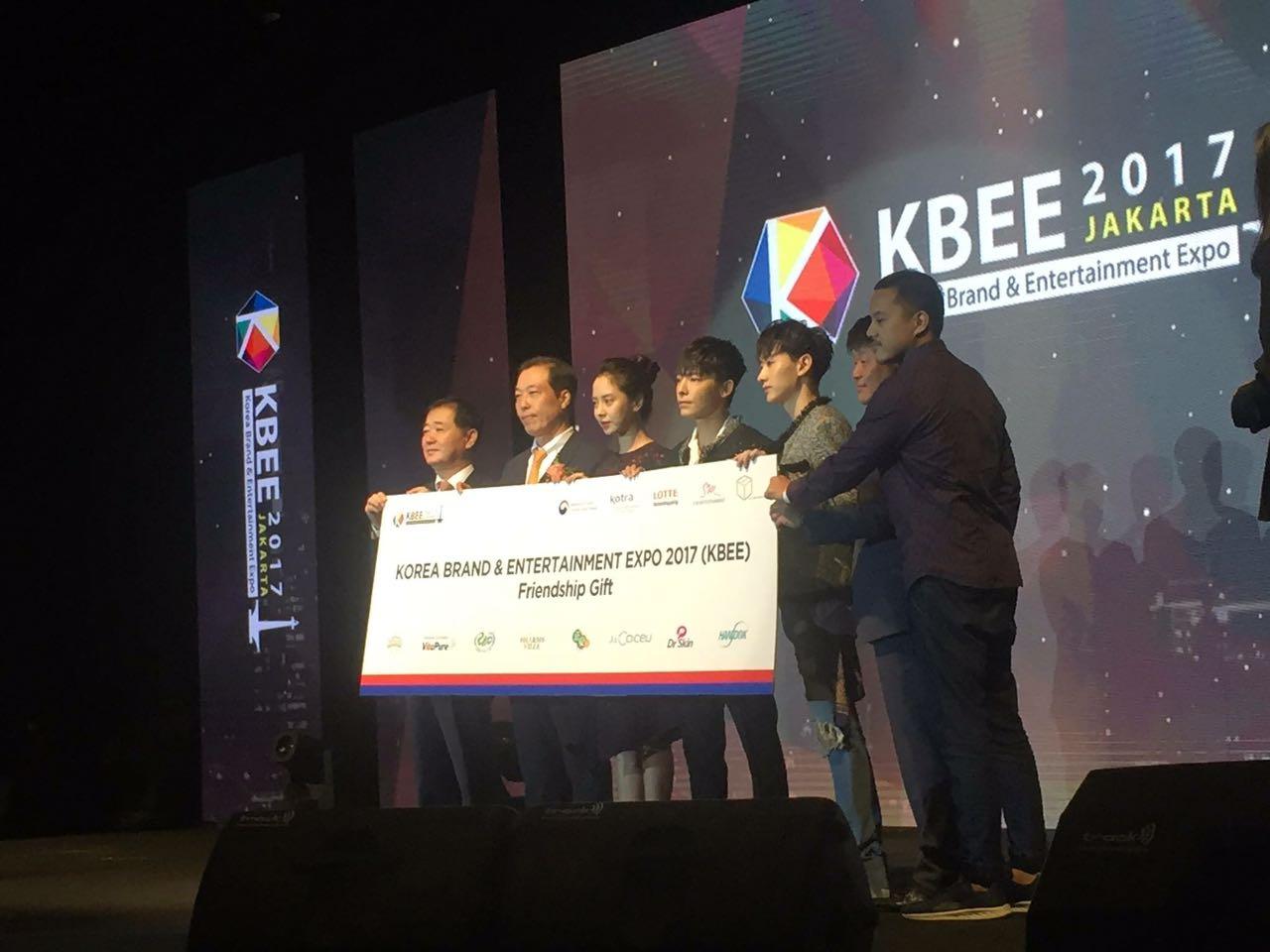 ANAK PENDERITA KANKER. Tak cuma tampil dan menyapa penggemar, tiga bintang Korea Selatan aktif menggalang dana untuk anak penderita kanker di Indonesia. Foto dari Kitabisa.com