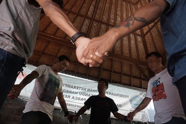 PECANDU NARKOBA. Pecandu dan mantan pecandu narkoba di IKON saling beri dukungan terhadap sesama. Foto oleh Anton Muhajir/Rappler