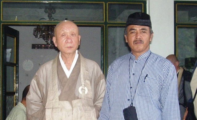 Abdul Muhaimin menyambut pemimpin Buddha dari Jepang di Pesantren Nurul Ummahat, Yogyakarta. Foto oleh Ari Susanto/Rappler