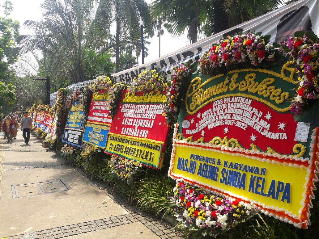 Karangan bunga memadati halaman Balai Kota Jakarta menjelang pelantikan Anies Baswedan dan Sandiaga Uno, Senin (16/10). Foto oleh Brian Argawana/Rappler