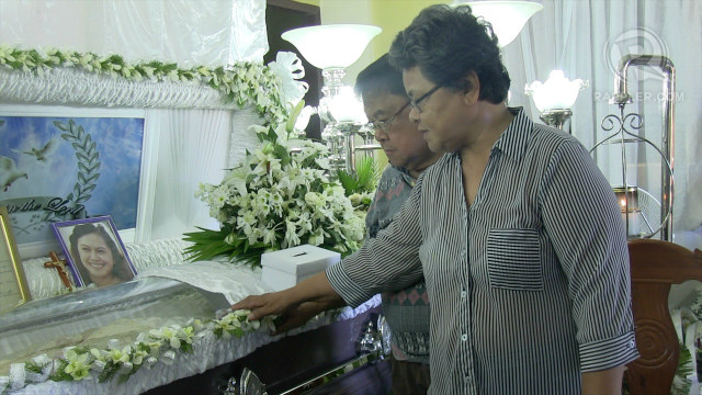PARENTS. Mei Magsino's parents take glimpse of their journalist-daughter. Photo by Buena Bernal/Rappler