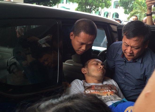 KORBAN. Salah satu korban dibawa ke RSPAD Gatot Subroto. Foto: Haryo Wisanggeni/Rappler