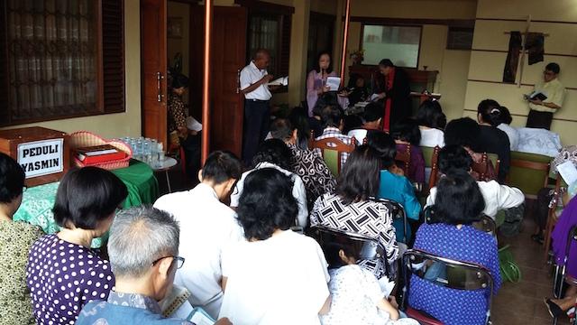 Jemaat GKI Yasmin memperingati Jumat Agung di rumah salah seorang jemaat, 3 April 2015. Foto dokumentasi GKI Yasmin
