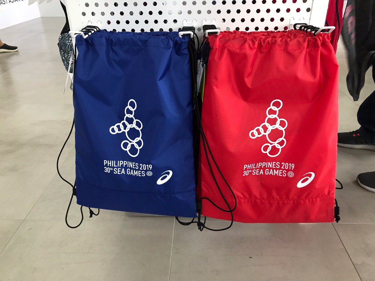 LIGHTWEIGHT. The Asics drawstring bag comes in blue and red. Photo by Beatrice Go/Rappler