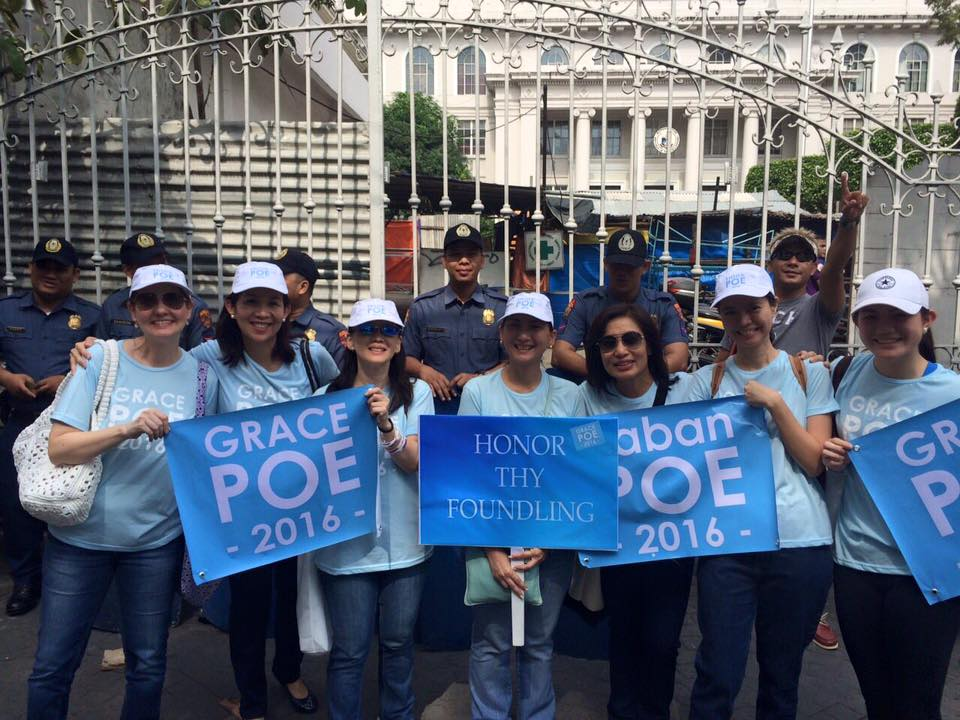SUPPORT. Poe's friends join her as she attended the first day of oral arguments at the Supreme Court. Photo by Malu Gamboa