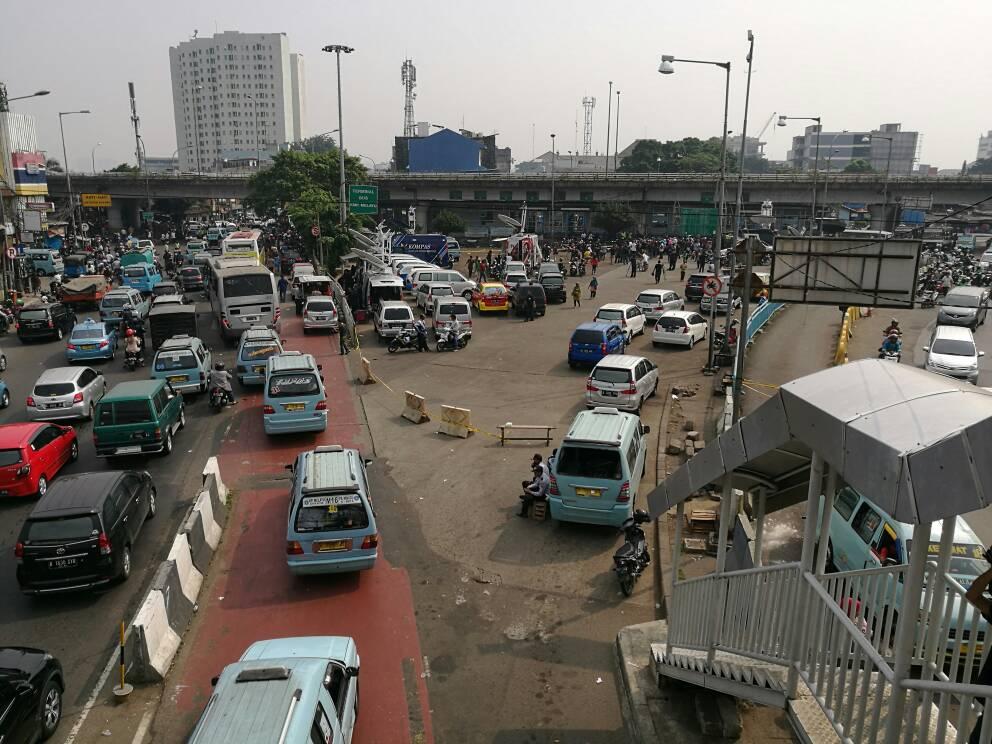 Setelah diguncang dengan dua ledakan bom bunuh diri pada Rabu malam, kawasan Terminal Kampung Melayu tetap ramai pada Kamis pagi, (25/5). Foto Istimewa