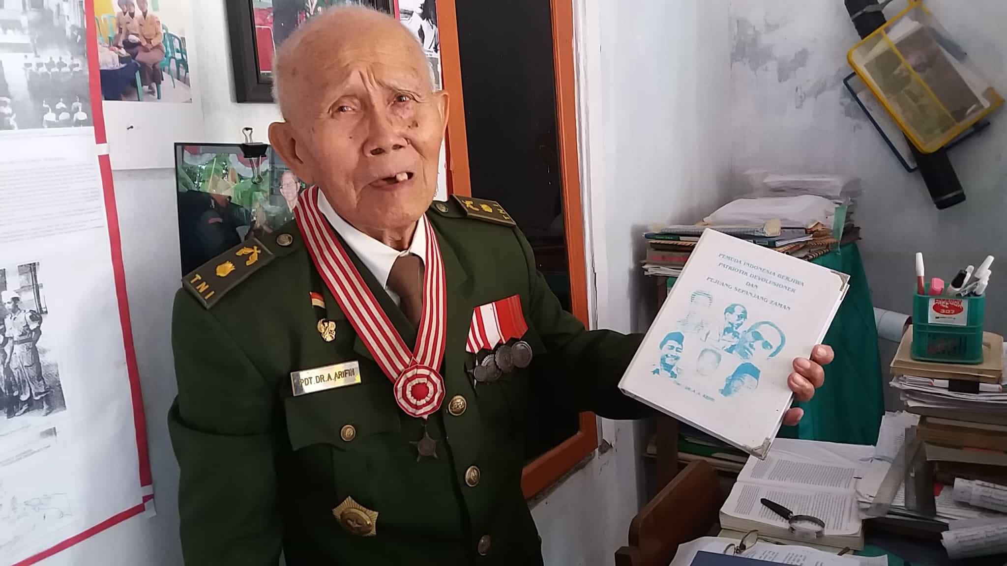 Ajudan II Panglima Besar Jenderal Soedirman Mayor Purnawirawan Abu Arifin membuat museum mini di ruang tamu rumahnya di Purbalingga. FOTO oleh Irma Muflikhah/Rappler