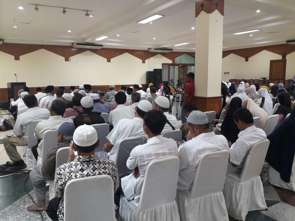 Para pendukung Anies-Sandi menggelar doa bersama untuk mendoakan kepemimpinan Anies-Sandi di Sunda Kelapa, Senin (16/10). Foto oleh Brian Argawana/Rappler