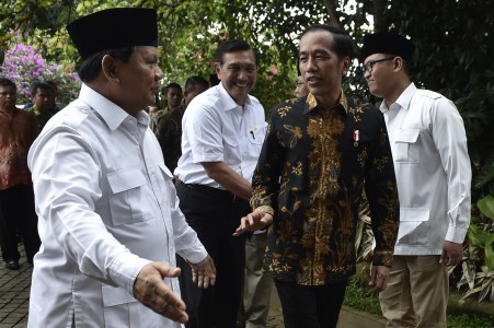 Presiden Joko Widodo (kedua kanan) diterima Ketua Umum Partai Gerindra Prabowo Subianto (kiri) di kediamannya, Hambalang, Bogor, Senin (31/10). Foto oleh Puspa Perwitasari/ANTARA