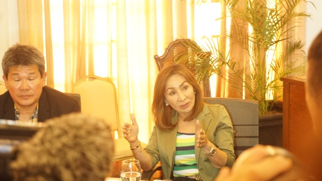 THE LAW. Cebu Governor Gwendolyn Garcia explains that the the board believes the law bans bicycles from being used on highways. Photo by Ryan Macasero/Rappler