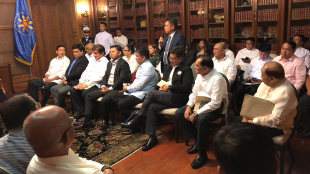 TALKING BBL. Lawmakers, security officials, and Bangsamoro Transition Commission members gather in Malacau00f1ang to discuss the Bangsamoro Basic Law with President Rodrigo Duterte. Photo from Presidential Spokesperson Harry Roque