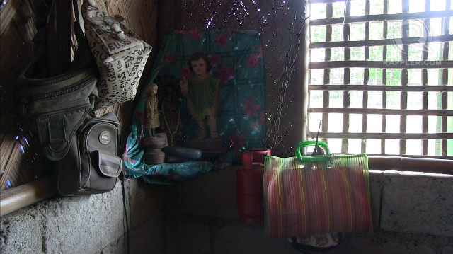 PRAYER. Mary Jane Veloso's parents pray to the representation of Jesus as a child inside their home. Photo by Buena Bernal/Rappler