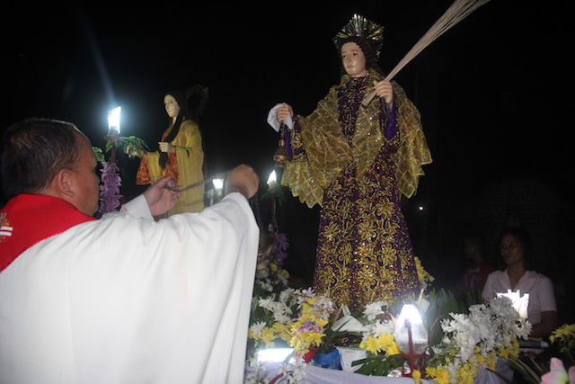 HOLY IMAGES. Fr. Richard Benavente blesses the images created by the Vibars. Photo by Rhaydz B. Barcia/Rappler