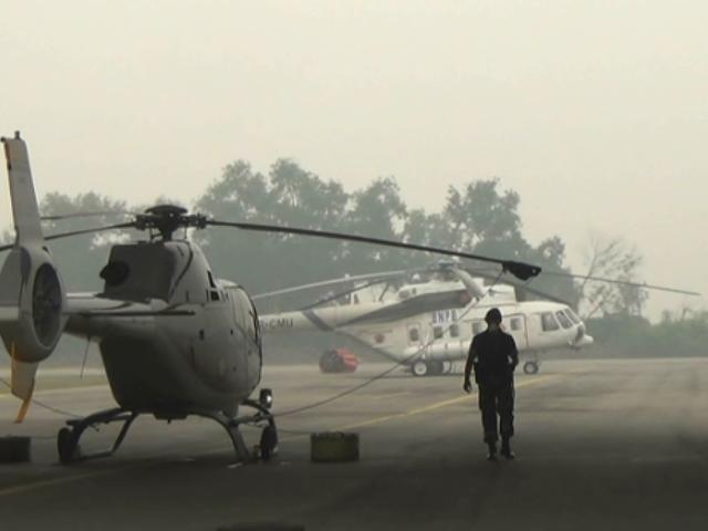 WATER BOMBING. Dua helikopter bantuan BNPB untuk memadamkan kebakaran hutan di Riau terpaksa parkir di hangar Pangkalan Udara TNI AU Roesmin Nurjadin Pekanbaru, karena kabut asap tidak memungkinkan penerbangan. Foto oleh Denni Risman/Rappler