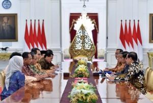 Presiden Jokowi menerima Laporan Ikhtisar Hasil Pemeriksaan Semester I Tahun 2017 dari Pimpinan BPK di Istana Merdeka, Jakarta, Selasa (10/10). Foto oleh JAY/Humas)/Setkab