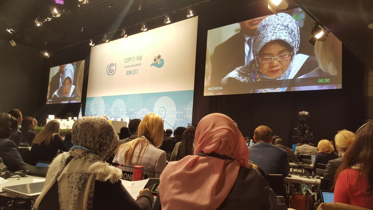 Dirjen Pengendalian Perubahan Iklim KLHK Nur Masripatin menyampaikan posisi Indonesia di Forum Negosiasi COP 23 di Bula Zone. Foto: Sekretariat Delri