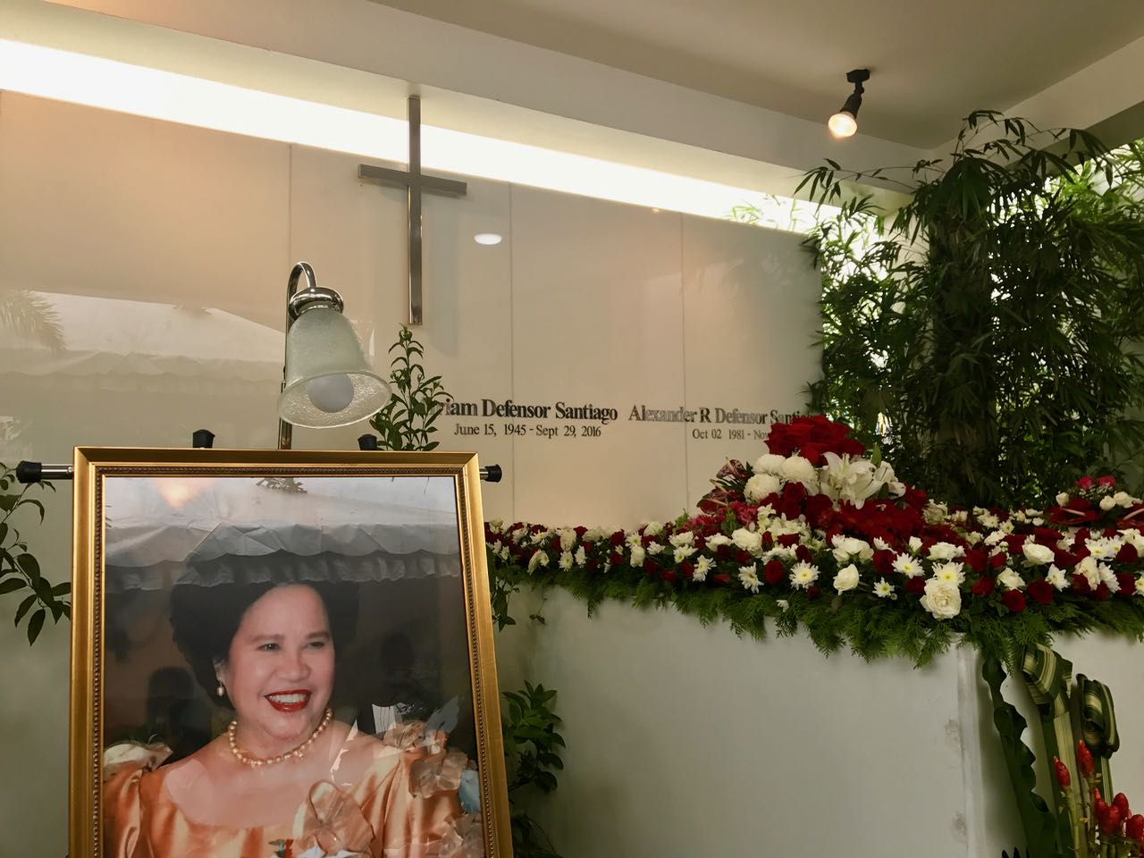 IN MEMORY. The family of the late senator Miriam Santiago holds a simple ceremony to remember her on her first death anniversary. Photo by Patty Pasion/Rappler