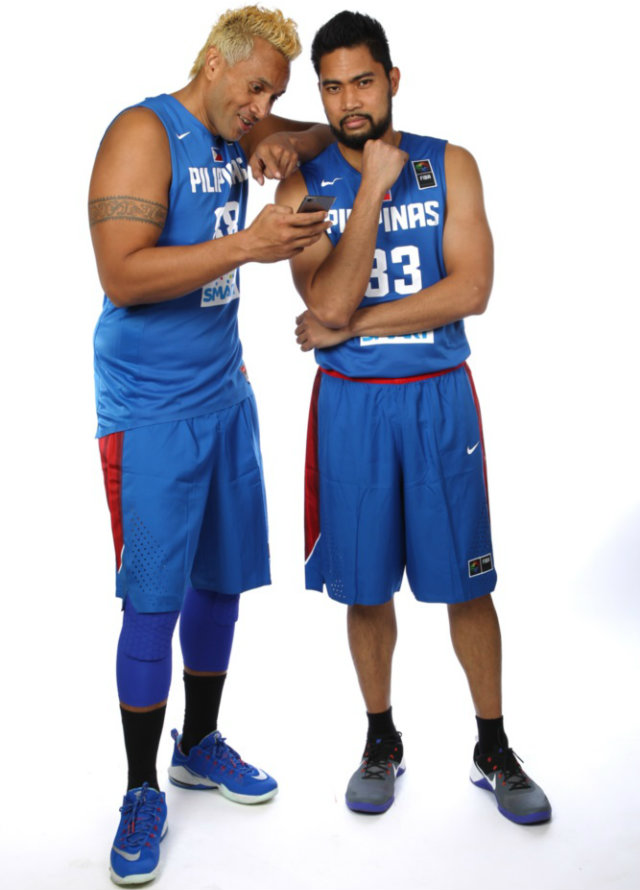 Wonder what Asi Taulava wanted Ranidel De Ocampo to see. Photo from FIBA.com