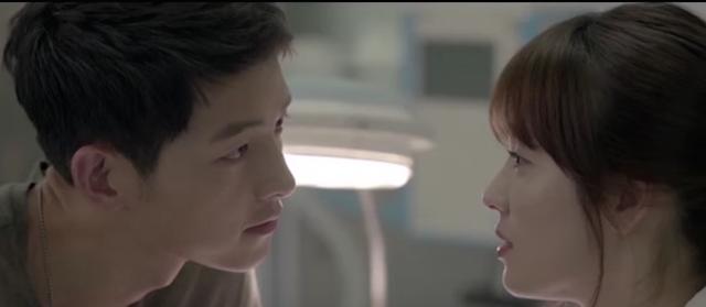 Salah satu adegan yang dilakoni Song Joong Ki dan Song Hye Kyo di serial drama 'Descendants of the Sun'. Foto dari screen capture youtube.