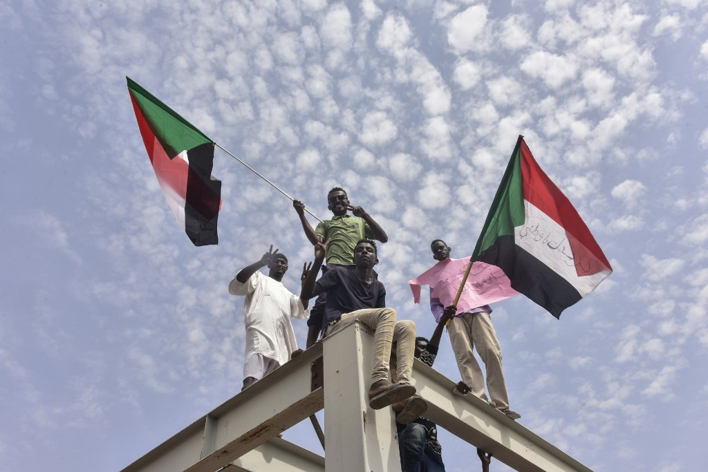 TRANSITION DEAL. Sudanese protesters from the city of Atbara arrive at the Bahari station in Khartoum on August 17, 2019, to celebrate transition to civilian rule. Photo by Ahmed Mustafa/AFP