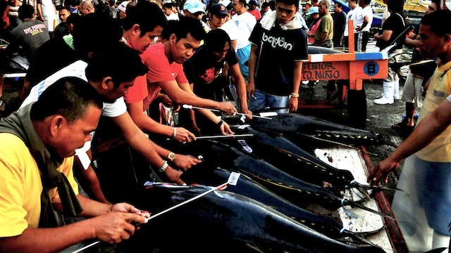 GOOD CATCH. Traders sell tuna at a market in General Santos City. File photo by Edwin Espejo