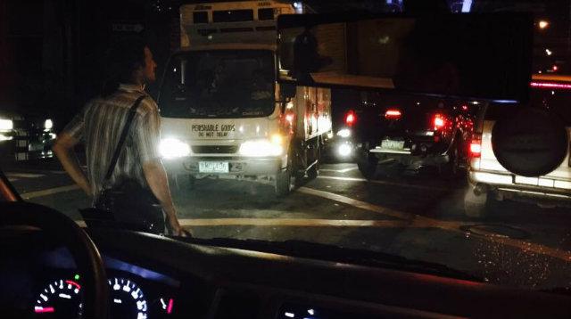 VOLUNTEER. Carlos Garchitorena helps direct traffic at Rufino corner San Agustin streets in Makati City.
