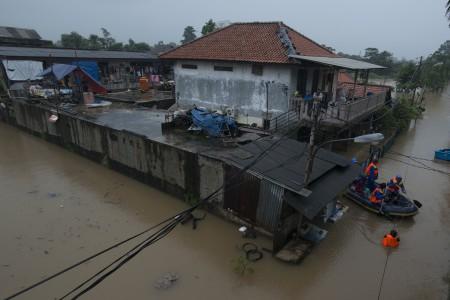 Suasana banjir di Kelurahan Cipinang Melayu, Kecamatan Makassar, Jakarta, Senin (20/2). Foto oleh Rosa Panggabean/ANTARA