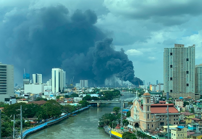 HUGE FIRE. The fire in Pandacan, Manila, can be seen all the way from Rockwell in Makati. Photo by Chay Hofilena/Rappler